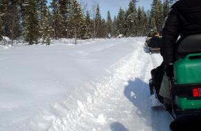 Sneeuwscooters. Foto Tom Kempers