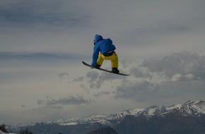 Snowboarder maakt een sprong