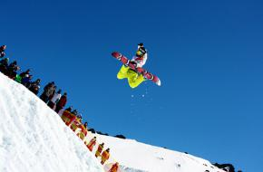 Snowboarder in freeride-competitie