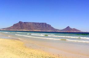 De Tafelberg in Kaapstad - gezien vanaf het strand aan de Atlantische Oceaan.