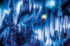 Dani Arnold en Stephan Siegrist ijsklimmend in Zwitserland (Mammut)