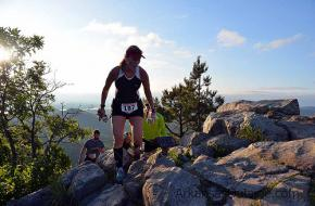 Trailrunning: hardlopen in de bergen. Foto trailrunning: arkansas-outside