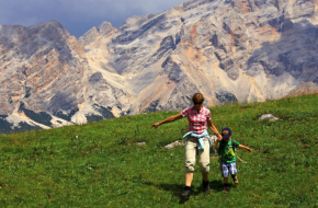 Wandelen met kinderen in Val Badia. Foto Jonathan Vandevoorde