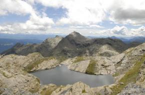 Wandelen bij alpine bergmeren in Zuid-Tirol,