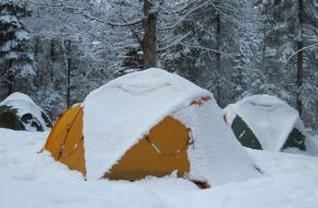 Winterkamperen in een tent in de sneeuw. Foto Fenneke Visscher