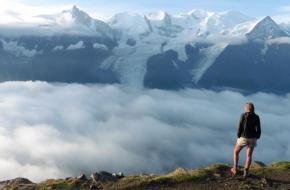 Bergvallei in de wolken