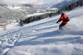 Een skiër begint aan een afdaling in de Zillertal Arena in Tirol - Oostenrijk.