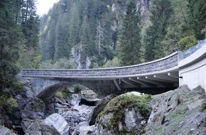 Een nieuwe brug in het Zillertal in Oostenrijk.